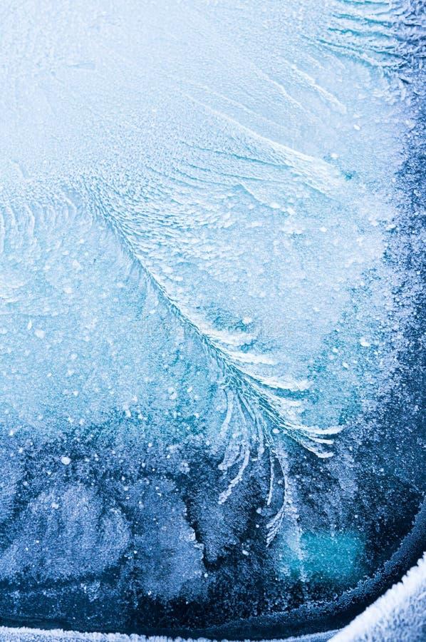 Den iskalla frosten bildar iskristaller i härliga unika modeller på bilen royaltyfri fotografi