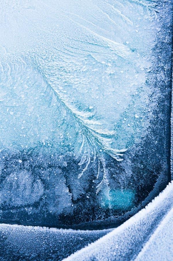 Den iskalla frosten bildar iskristaller i härliga unika modeller på bilen arkivfoton