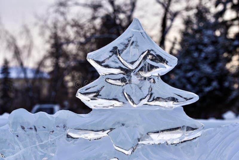 Den iskalla julgranen, skulptur, sned från stycke av is arkivfoton
