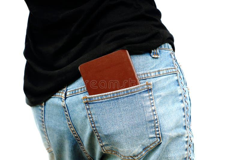 Den isolerade asiatiska kvinnan satte passet in i bakfickan av jeans arkivfoto