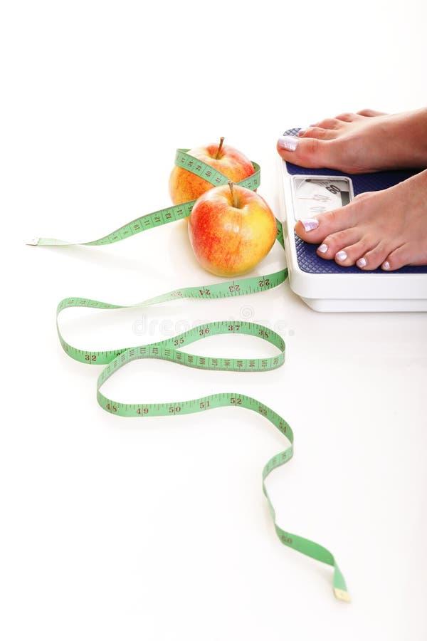 den isolerade bakgrundsfoten skalar viktwhitekvinnan arkivbilder