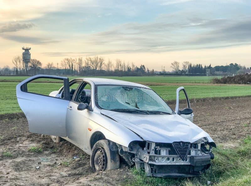 den isolerade bilillustrationen för olyckan 3d framförde white Haveri på vägsidan royaltyfria bilder