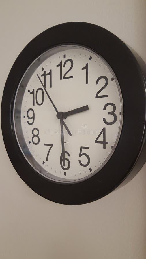 den isolerade illustrationen för klockan 3d framförde white fotografering för bildbyråer