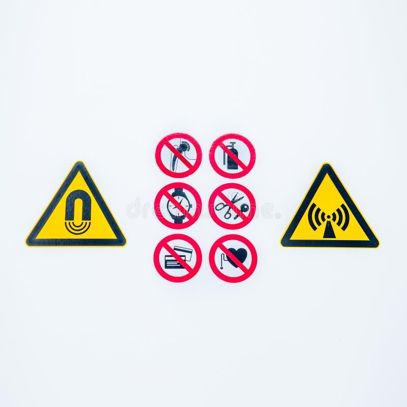 Den isolerade varningsvarningen undertecknar på ingången till den kontrollerade radioaktiva områdeslightboxen i sjukhus royaltyfria foton