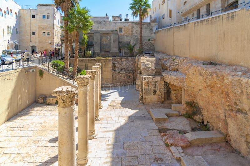 Den 166/5000 Israel, Jerusalem sikten från den judiska fjärdedelen, på tunnelbanan den grävde 22 meter långa huvudsakliga gatan k royaltyfri foto