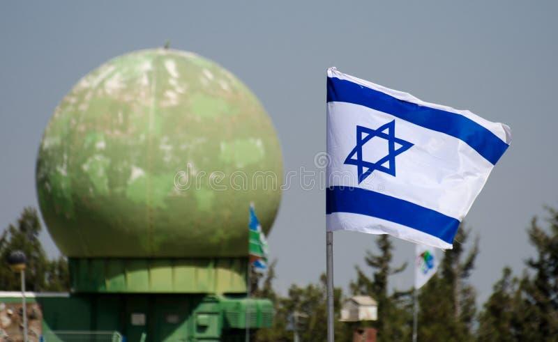 Den israeliska flaggan i blå himmel på Latrun det bepansrade kårmuseet fotografering för bildbyråer
