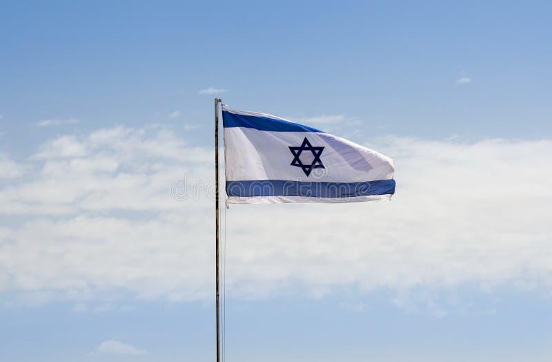 Den israeliska flaggan i blå himmel på den israeliska självständighetsdagen royaltyfria foton