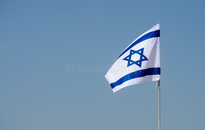 Den israeliska flaggan i blå himmel på den israeliska självständighetsdagen royaltyfri bild