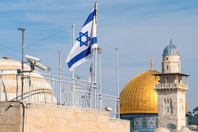 Den israeliska flaggan och kupolen av vaggar mosk?n i Jerusalem, Israel arkivfoton