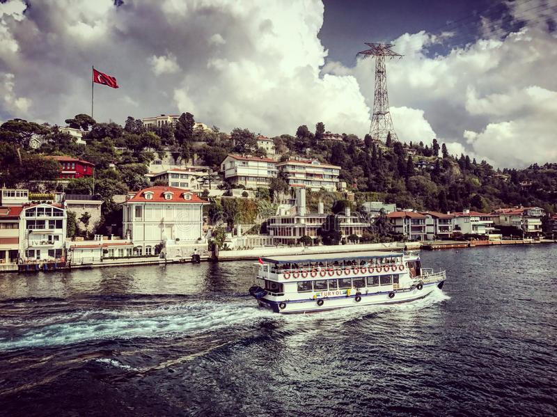 Den Istanbul kanalbosphorusen turnerar skeppfartygkalkon arkivbild
