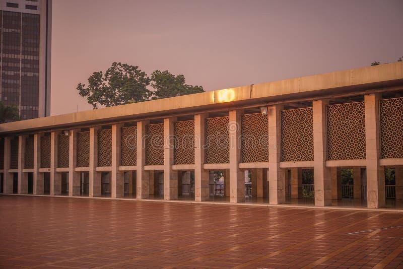 Den Istiqlal moskén i jakarta en av de största moslemna för ber royaltyfria bilder