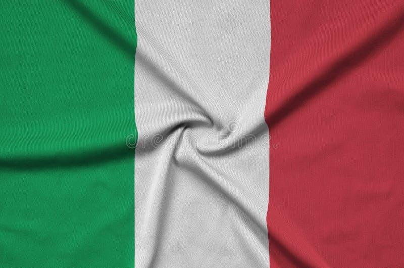 Den Italien flaggan visas på ett sporttorkduketyg med många veck Baner för sportlag royaltyfria bilder