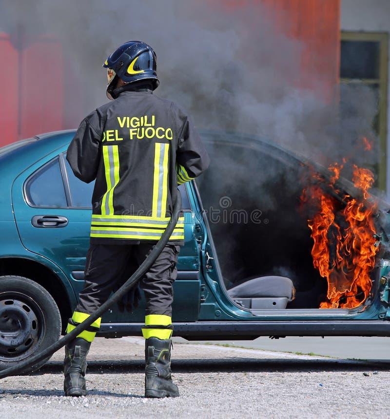 Den italienska brandkåren släckte bilbranden efter bilaccen royaltyfria bilder