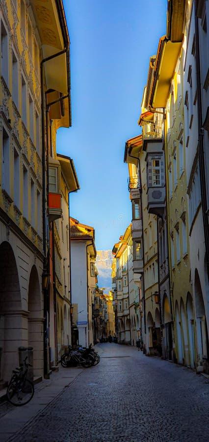 Den italienska gatan Bozen royaltyfri bild