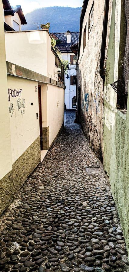 Den italienska gatan Bozen royaltyfri fotografi