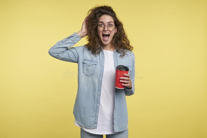 Den italienska kvinnan för den lyckliga skrikiga brunetten som har ett kaffe i morgonen, fick hon inspirerad vid ny idé, över royaltyfria bilder