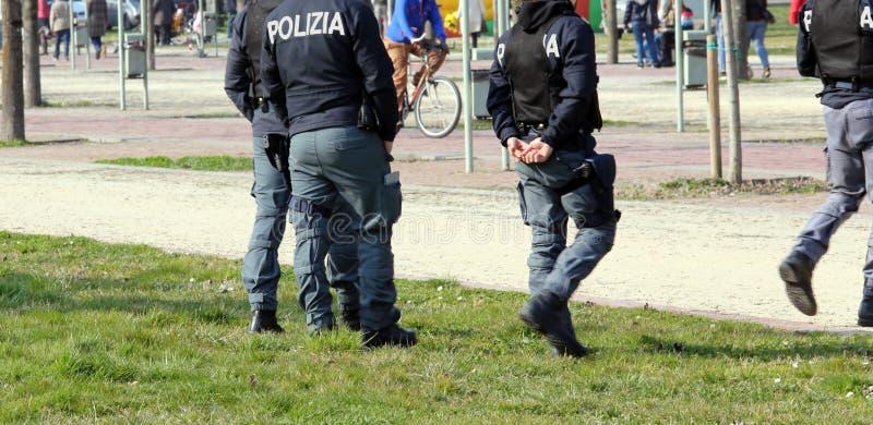 Den italienska polisen som patrullerar parkera i sökande av knarklangare royaltyfri bild