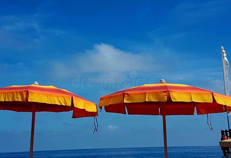 Den italienska sommaren i stranden arkivfoton