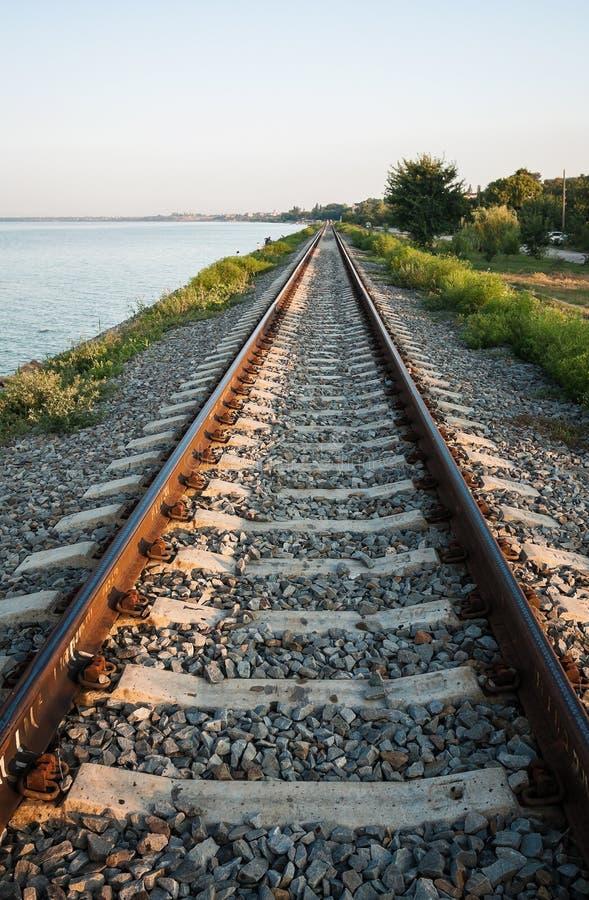 Den järnväg linjen längs kusten av breda flodmynningen av Yeisken arkivbilder