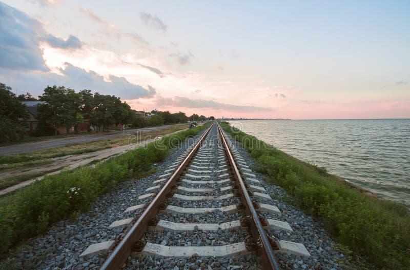 Den järnväg linjen längs kusten av breda flodmynningen av Yeisken, Krasnodar region, royaltyfria foton
