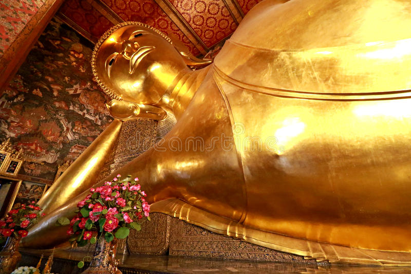 Den jätte- guld- vilaBuddha (sömnBuddha) i Wat Pho Buddhist Temple), Bangkok, Thailand royaltyfri foto