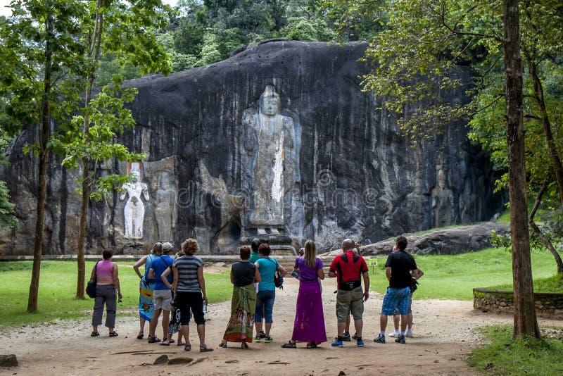 Den jätte- stenen sned den stående Buddhastatyn på Buduruwagala, nära Wellawaya i centrala Sri Lanka royaltyfri fotografi