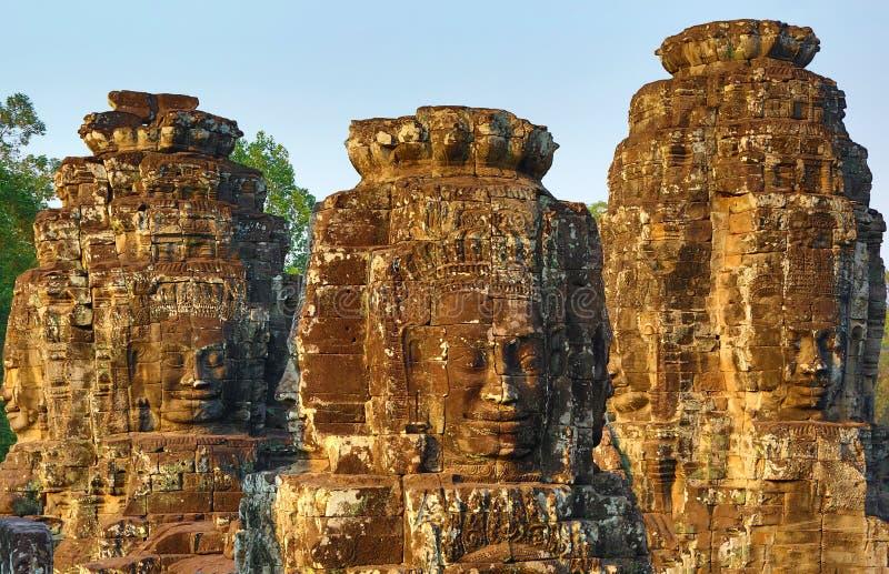 Den jätte- stenen vänder mot på den Bayon templet i Cambodja royaltyfri fotografi