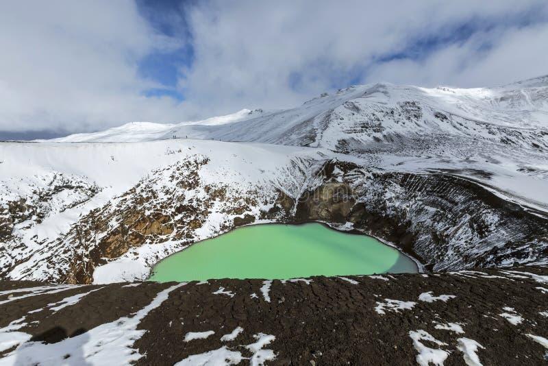Den jätte- vulkan Askja erbjuder en sikt på två kraterlakes Det litet royaltyfri foto
