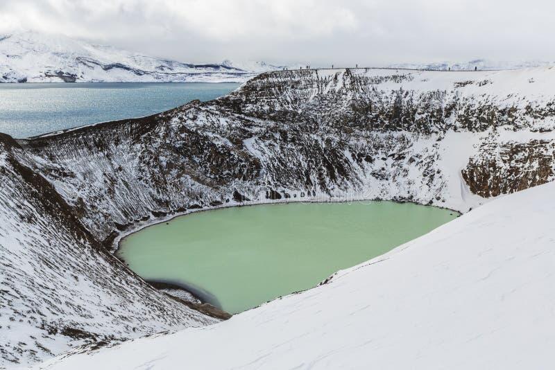 Den jätte- vulkan Askja erbjuder en sikt på två kraterlakes Det mindre, turkos en kallas Viti och innehåller varm geotermisk wate arkivfoton