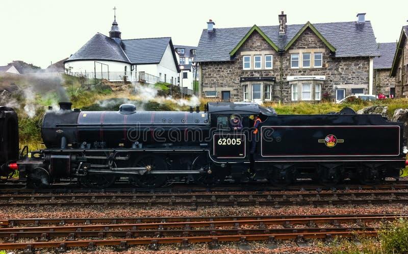 Den Jacobite ångalokomotivet omkring som avgår från Mallaig royaltyfria bilder