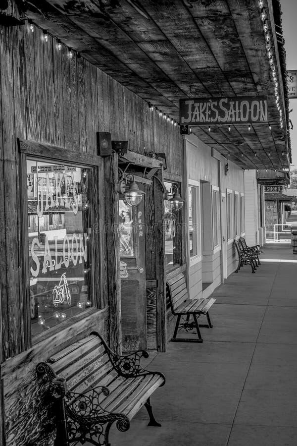 Den Jakes vilda v?sternsalongen i den historiska byn av ensamt s?rjer - ENSAMT S?RJA CA, USA - MARS 29, 2019 royaltyfri fotografi