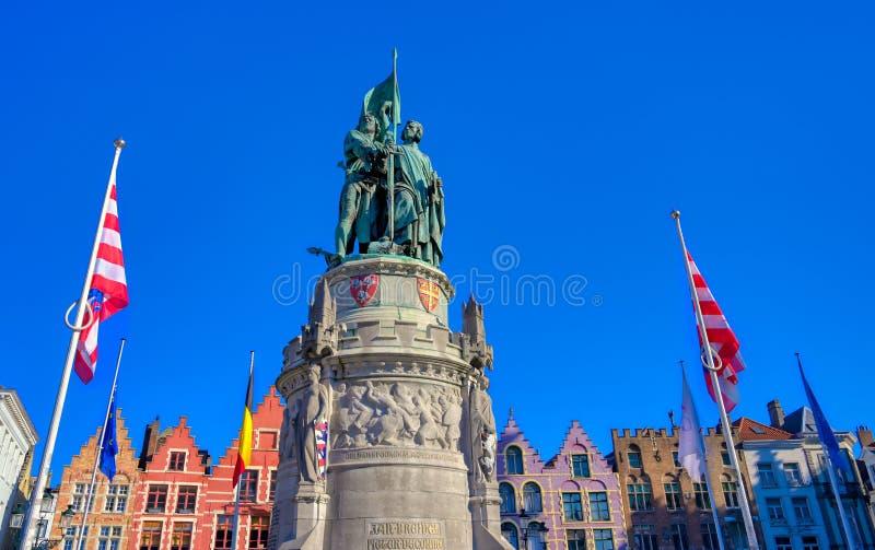 Den Jan Breydel och Pieter de Coninck statyn i Bruges Brugge, Belgien royaltyfria foton