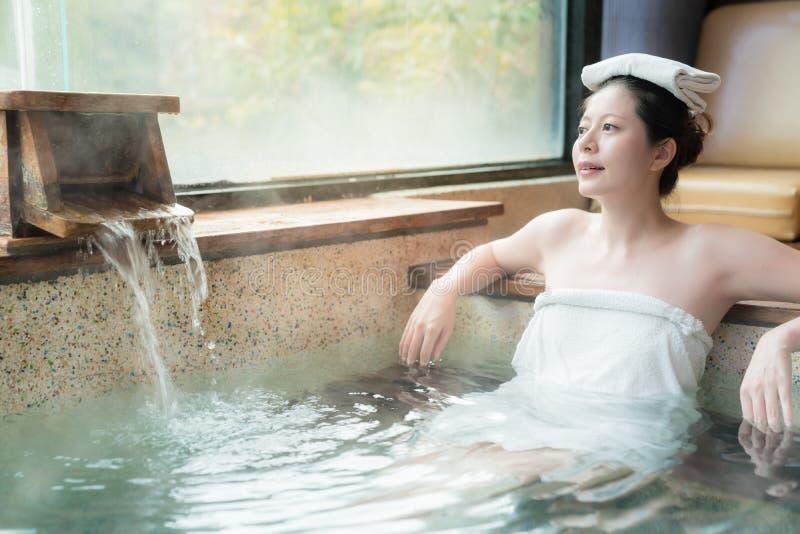 Den japanska flickan tycker om det Hot Springs vattnet royaltyfria bilder
