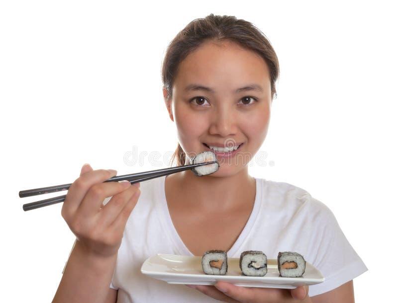 Den japanska kvinnan älskar sushirullar arkivbild