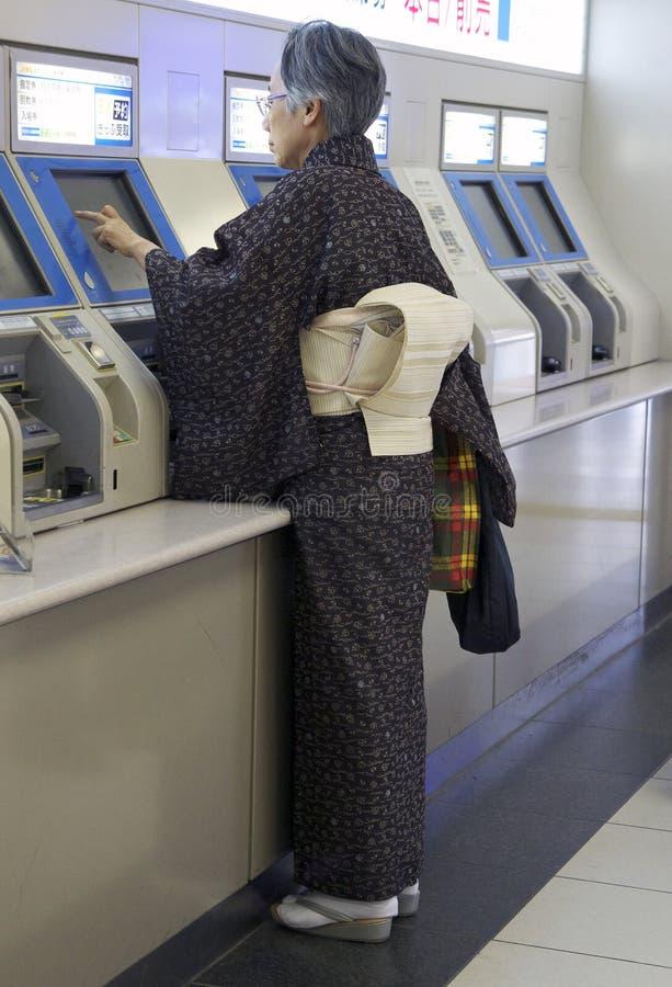 Den japanska kvinnan i den Kyoto gångtunnelen posterar royaltyfria foton
