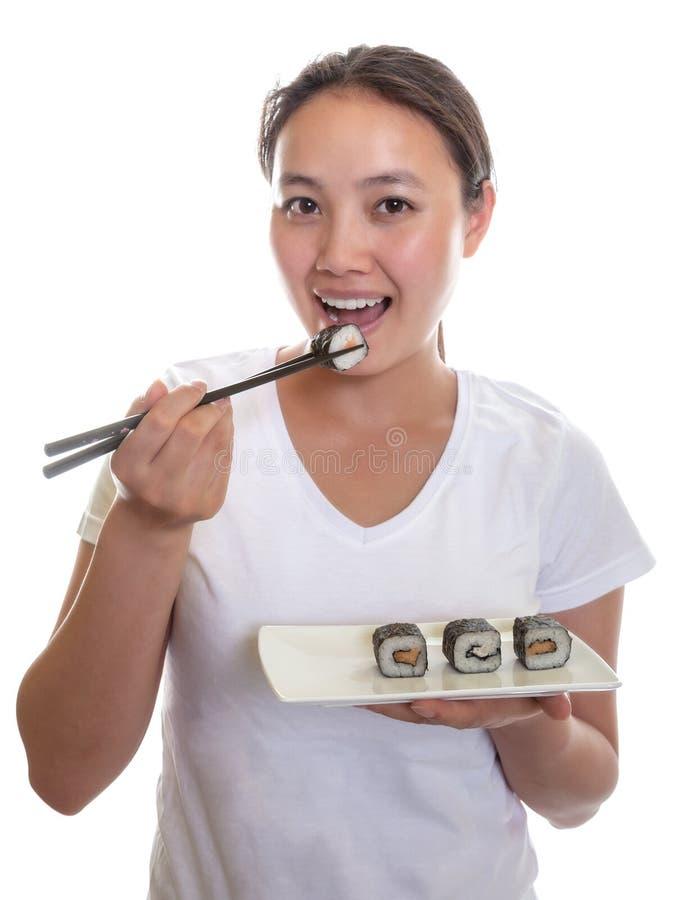Den japanska kvinnan tycker om sushi arkivfoton
