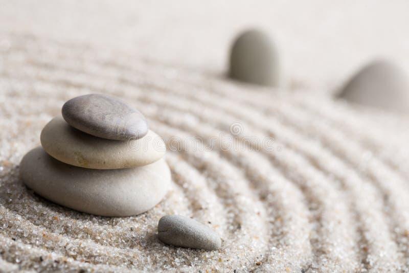 Den japanska stenen för zenträdgårdmeditationen för koncentration och avkoppling sandpapprar och vaggar för harmoni och balansera royaltyfria foton