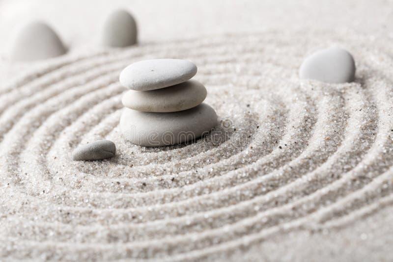 Den japanska stenen för zenträdgårdmeditationen för koncentration och avkoppling sandpapprar och vaggar för harmoni och balansera fotografering för bildbyråer