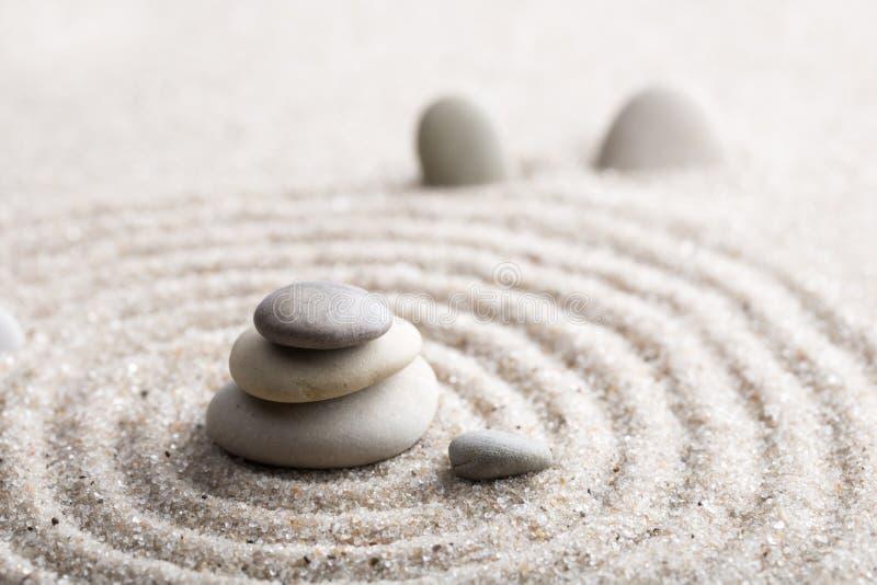 Den japanska stenen för zenträdgårdmeditationen för koncentration och avkoppling sandpapprar och vaggar för harmoni och balansera arkivbilder