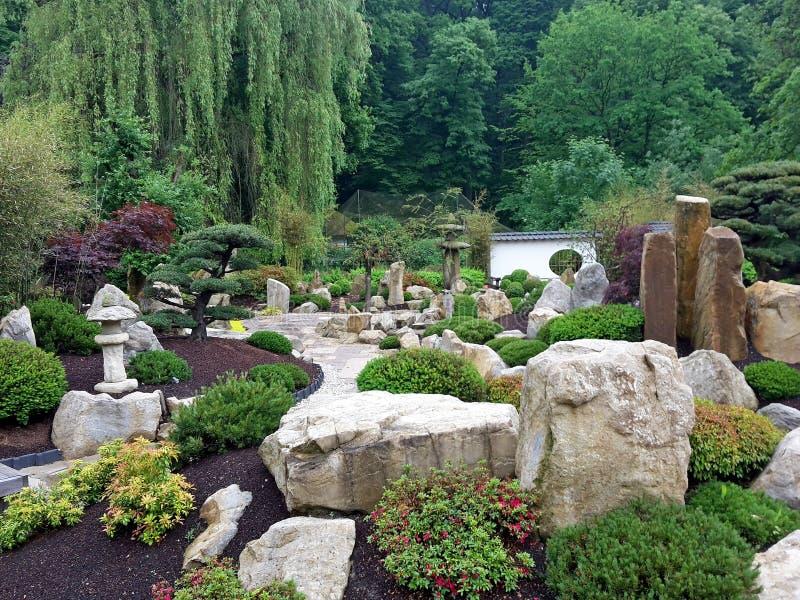 Den japanska trädgården Mu-Shin i ZOO Lesna-området, Zlin, Tjeckien arkivfoton