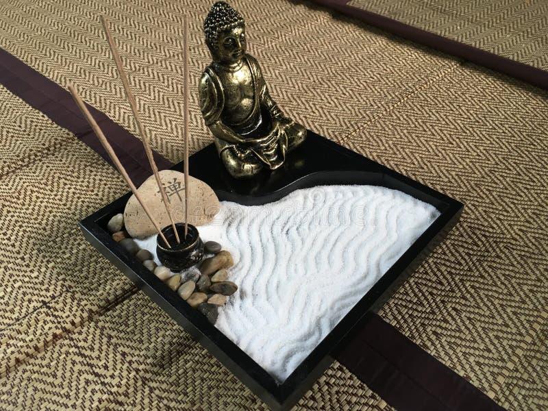 Den japanska zenmagasinträdgården med brons den buddha statyn arkivbilder