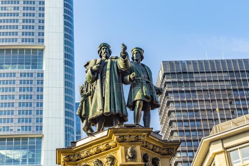 Den Johannes Gutenberg monumentet på den sydliga Rossmarkten i Fra royaltyfria bilder