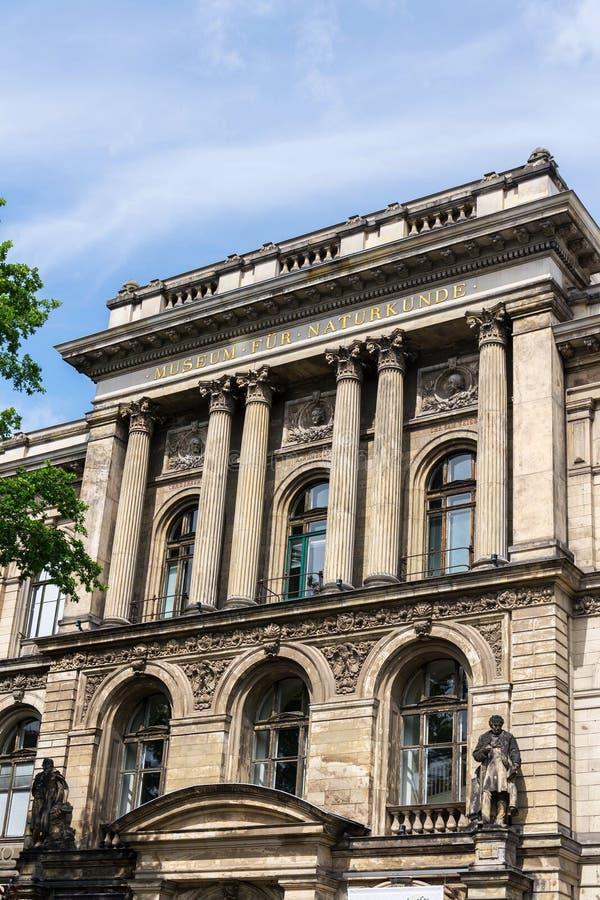 Den Johannes Peter Muller statyn av museet pälsfodrar framme Naturkunde - naturhistoriamuseum i Berlin, Tyskland royaltyfri fotografi