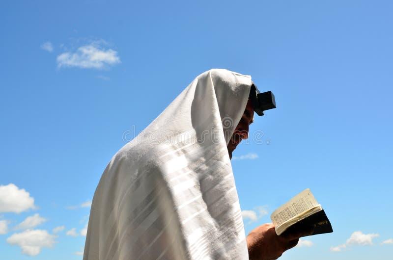 Den judiska manen ber till guden under den öppna blåttskyen royaltyfri fotografi