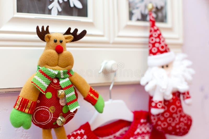 Den julleksakhjortarna och jultomten på bilder i ramar royaltyfria bilder