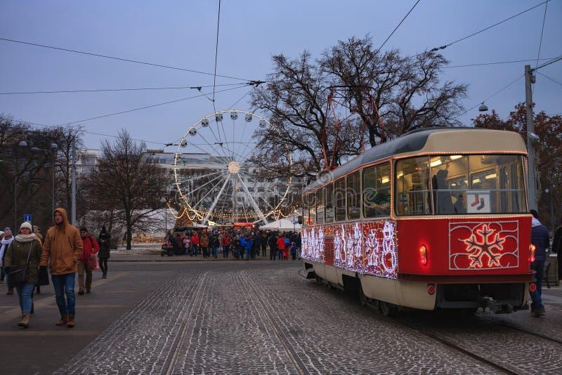 Den julspårvagnen, marknaden och jul rullar på den Moravian fyrkanten royaltyfria bilder
