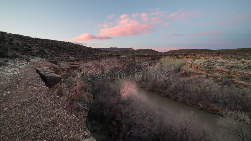 Den jungfruliga floden och Jemen skuggar i sydliga Utah tidigt på en vårmorgon royaltyfri foto