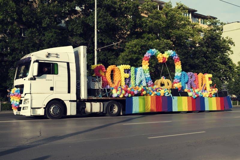 08 den Juni 2019 Bulgarienlastbilen med stolthetballonger på en plattform under Sofia Pride ståtar arkivbild