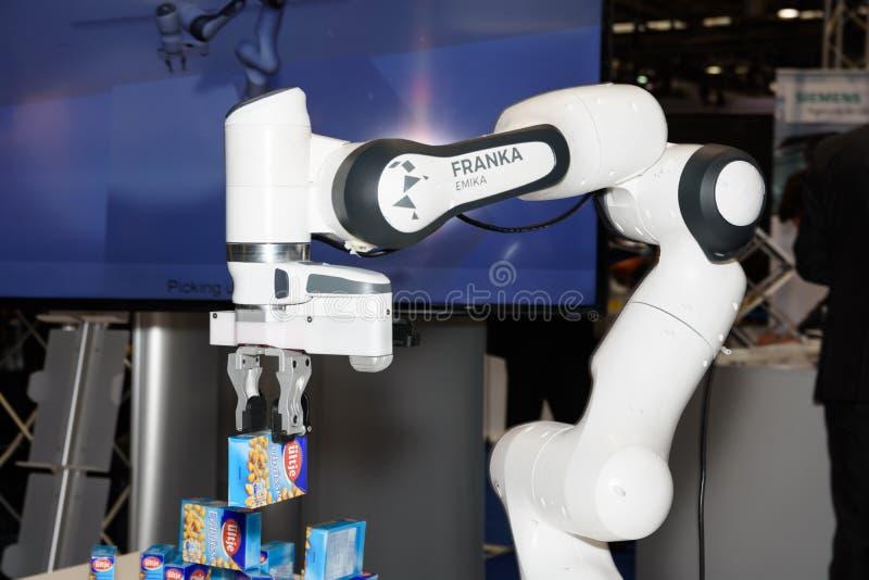 Den känsliga roboten Franka från företaget Franka Emika visar dess kapacitet på båset av företaget på CeBIT 2017 royaltyfri foto