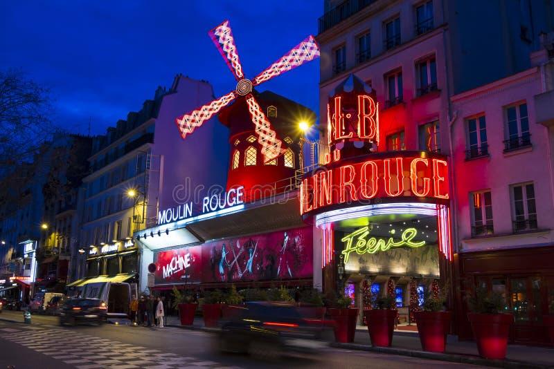 Den kabaretMoulin rougen i afton, Paris, Frankrike arkivfoto